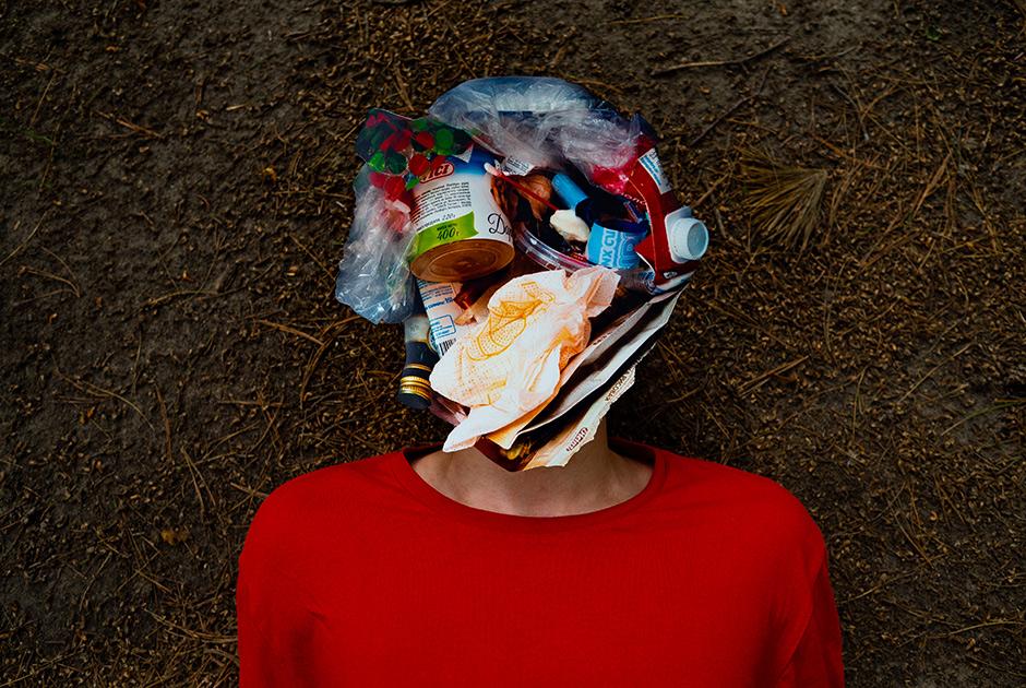 Данила, 16 лет. <br></br> <i>Полиэтиленовые пакеты, вспененный полистирол, фольгированный пластик, тетрапаки, термопленка, зеленое стекло, металлическая крышка, полипропиленовые упаковки, полиэтилен высокой плотности, салфетка, немаркированный пластик, хлопковое волокно, кусочек мороженого</i>. <br></br> «Я бы мог поучаствовать в акции Fridays For Future [школьные забастовки за климат, проходящие по всему миру], но для меня важнее агитировать своих знакомых к более рациональному потреблению. Меня волнует невероятное количество пластика, которого становится все больше и больше. Я не знал раньше, что есть целый остров мусора в океане. И что микропластик проникает в среду обитания — мы сами уже им питаемся. Если человек действительно считает себя хозяином природы, он, наоборот, должен ко всему относиться ответственно. <br></br> Мы в семье производим очень много мусора. Отец тоже это заметил и поддержал мой план собирать пластиковые бутылки отдельно, чтобы сдавать на переработку. Но сам этого не делает. <br></br> Я хожу в секонды и ношу одежду долго. Еще в семье давно заведено, что ненужные вещи мы отдаем. Это редкость, чтобы мы просто выкидывали одежду».