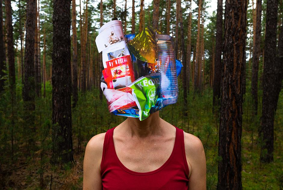 """Лариса, 49 лет. <br></br> <i>Тетрапаки, нетканое синтетическое полотно, ПВХ, картон с ламинацией, полиэтиленовые пакеты, лист растения</i>. <br></br> «Мы ходили весной в лес у дома каждый день в течение двух месяцев. Ходили с пакетами — собирали в мусор. Летом график сбился. Сейчас начали снова. Я зашла в лес и ужаснулась: """"Мне не убрать это"""". Попыталась, а потом руки опустились. Даже с детьми невозможно все собрать. Вот я вчера убирала вдоль дороги. И что? Уже свежий мусор. Хочу таблички повесить в местах, где в лесу любят распивать алкоголь. Но не просто """"Не мусорьте здесь"""", а что-то, чтобы до ума доходило. Может, напугать дружинами? Штрафом? Проклятьем?  <br></br> Сейчас дома мы начали складывать отдельно батарейки и лампочки. Бумагу стараюсь не выкидывать — либо сжигаем в печке, либо в костре. Когда есть возможность сдавать макулатуру у детей в школе — мы сдаем. Пластик и стекло пока не собираем. Очень болит душа, что стекло выбрасывается. Но пока не выработала алгоритм, как его можно сдавать. Если бы были контейнеры возле дома, я бы с удовольствием пользовалась.  <br></br> Ты начинаешь с себя, у тебя семья, дети, друзья, на которых ты можешь повлиять, рассказывая, показывая пример. Если в семье ты поменяешь потребительские привычки, то и твои дети уже будут жить по-другому»."""