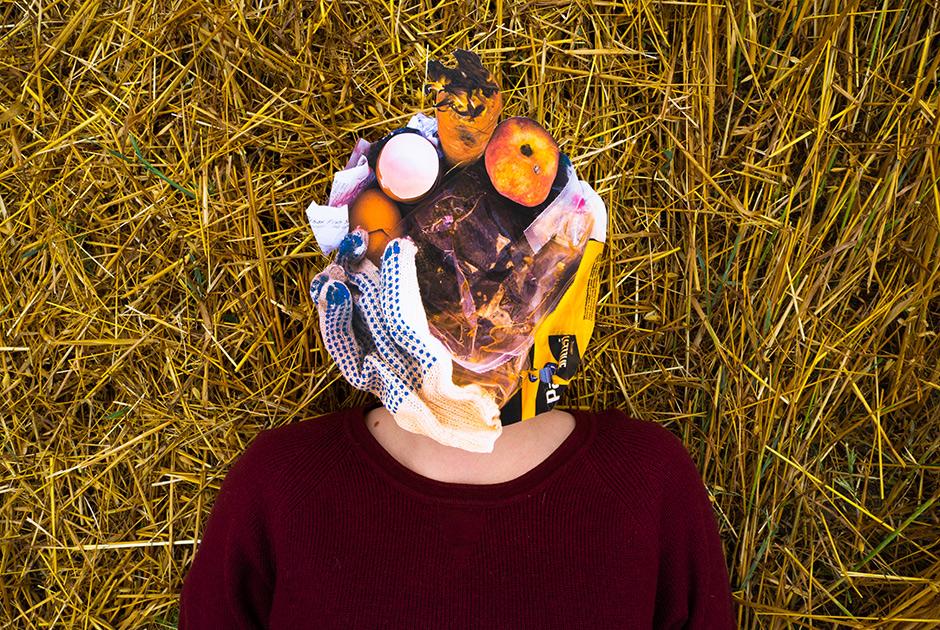"""Марина, 28 лет. <br></br> <i>Немаркированный пластик, упаковка из смеси пластиков, термобумага, рыбные очистки, скорлупа, персик, морковь, перчатка</i>. <br></br> «Как-то раз я выкинула еду и поняла, что ведро только что было совершенно пустым, а теперь полное. И меня накрыло: я только что создала ведро мусора! Я взвесила пакет в руке, поняла, что это очень много, и просто приняла решение: с завтрашнего дня мы так больше не делаем. Рядом со мной как раз проходили акции """"Раздельный сбор"""". Позже я поняла, что мыть упаковку не страшно и не сложно. Просто ты знаешь, что это нужно сделать. Я занимаюсь этим почти два года.  <br></br> Помню, как в детстве сдавала бутылки. Не потому что не было денег, а потому что это нормально. Родители и бабушка рассказывали, как им в магазине что-то продавали только в свою тару. То есть это нужно было держать в голове: ты не просто идешь в магазин, а берешь с собой все необходимое. Полиэтиленовых пакетов вообще не было, они стоили дорого. Дедушка их мыл, сушил и потом снова использовал. Поэтому, когда в 90-х появился свободный рынок, начался """"отходняк"""": наконец-то мы можем ничего не мыть, не экономить, а просто потреблять. <br></br> Автоматизм — очень страшная вещь. Он во всем. В отношении к людям, себе, ко всему. Мы воспринимаем все как данность, не чувствуем конечности. Все легко в получении, относимся друг к другу как к ресурсу. Но любой ресурс может закончиться, перестать быть доступным каждому, стать дороже. Климат меняется, и меня это очень сильно беспокоит. Еще 10 лет назад все было по-другому. Это очень быстрые изменения, и дальше все будет только быстрее. Все может действительно печально и трагически закончиться. Для нас, не для внуков»."""