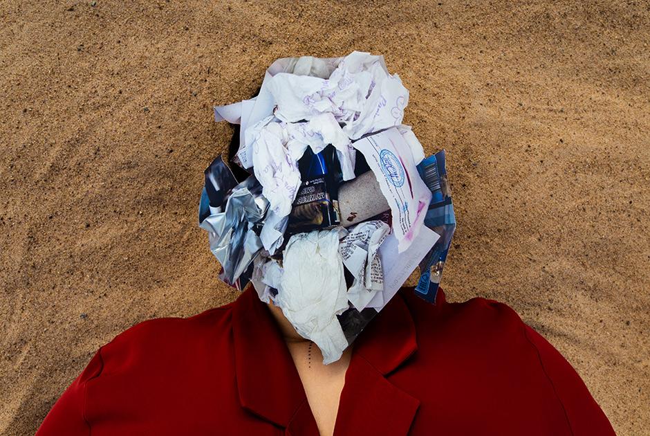 """Ксения, 31 год. <br></br> <i>Бумага, бумажные салфетки, термобумага, многослойный проклеенный картон, упаковка из смеси пластиков, картон с пластиковой ламинацией, немаркированный пластик</i>.  <br></br> «Когда я что-то не выкидываю, я говорю себе: """"Это хорошо"""". Но, если честно, что изменит не выкинутая мною бутылка? Ничего. Конечно, если миллиарды людей не будут выкидывать — это многое поменяет. Но ведь каждый думает только о себе.  <br></br> Говорю коллегам: """"Наливайте кофе в свою кружку"""". А они не понимают, чем вредят """"бумажные"""" стаканчики. То есть люди даже не догадываются. Берешь бумажку и макаешь в воду. Что с ней происходит? Она размокает. И как """"бумажный"""" стаканчик может часами удерживать жидкость? Там пластиковая пленка. Не то чтобы люди тупые, просто не хотят думать. Все идет к упрощению. Техника за нас думает и все делает.  <br></br> Мне грустно, что человек не может изменить своим инстинктам. Не может перестать есть. Возможно, пока что. Надеюсь, когда-нибудь что-то придумают и мы не будем нуждаться в еде или она будет в другом виде. Тогда мы перестанем покупать. Кто-то возразит: """"А как же разнообразие и вкус?"""" То, что плод сладок, еще никого к добру не привело. Адама и Еву вот тоже. Они — первые потребители. А змея — маркетолог — соблазнила, заманила яблоком»."""