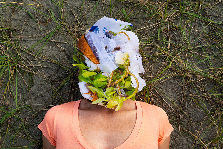 """Татьяна, 59 лет. <br></br> <i>Полистирол, салфетки, подгузник, бумага с пластиковой ламинацией, полиэтилен, фольгированный пластик, кофейный жмых, кожура дыни, вишневые косточки, умершее растение</i>. <br></br> «Когда мы учились в школе, выделялись огромные территории для сбора макулатуры и металлолома. Всякие коряги с улиц сдавали. Иногда со строек могли принести даже нужное. Потому что соревнование между классами — хочешь выиграть. Все шныряли по колхозам, полям, ямам, арыкам и собирали металлолом. А в быту у нас разве что металлические банки были, но мы их приспосабливали для хранения — под гвозди, пуговицы, иголки. Если вдруг пластиковая коробочка появлялась, то мы ее хранили как зеницу ока, на видное место ставили: """"Какая красивая пластиковая коробочка!"""" <br></br> У нас было помойное ведро с водой и очистками. И мы выливали это в яму в саду. Там оно все само собой перегнивало. Мусорок не было. Стекло, металл и макулатуру мы сдавали. Полиэтиленовые мешки появились гораздо позже, из-за бугра. За большие деньги фарцовщики привозили эти мешки с рекламой """"Мальборо"""" и """"Левайс"""". И мы в эти мешки засовывали какую-нибудь сумочку, чтобы он не растянулся и дольше служил. А потом поперла """"цивилизация"""" — занавес открылся, и нам показали, как можно жить.  <br></br> Мы дойдем до точки практического невозврата и быстренько начнем исправляться. Другой вопрос — успеем ли. У людей какая логика? Я зачем буду напрягаться? Напрягитесь кто-нибудь, а я подумаю. Чтобы совесть большинства проснулась, нужен либо насильственный приказ, либо воспитать поколение, у которых будет другой способ жизни. А у нас какой? Идея одна: глянцевые журнальчики, реклама, вот так надо выглядеть, вот так ходить, вот это тебе нужно купить, вот это иметь. Иметь, иметь, иметь. Все. А зачем, для чего? Ведь я этого достойна! И каждый — я»."""