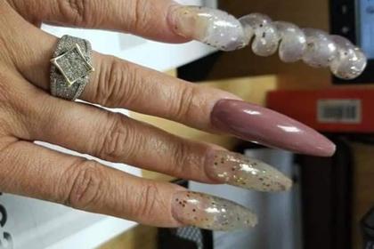 Женщина похвасталась кольцом и была обругана за неопрятные ногти-спирали