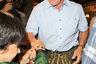 В этом году к всеобщим гуляньям присоединился и «Терминатор». Однако актер и политик Арнольд Шварценеггер не смог окончательно определиться с образом для вечеринки: вооружившись кожаными шортами, рубашку он все-таки оставил классической.