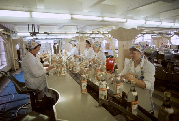 Конвейер по разливу водки «Столичная» на Куйбышевском ликеро-водочном заводе. 1978