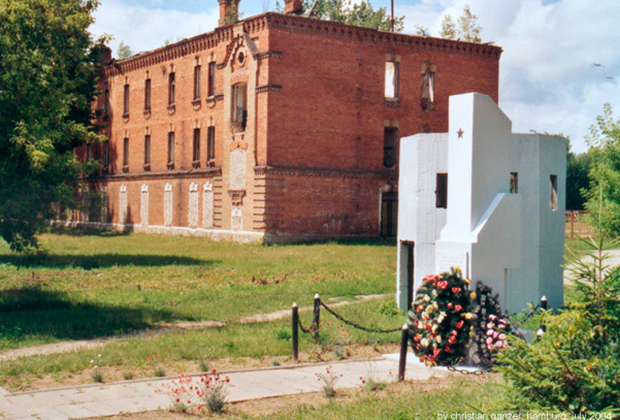 Руины полицейской казармы на территории концлагеря в Березе-Картузской. На переднем плане— советский памятник жертвам концлагеря
