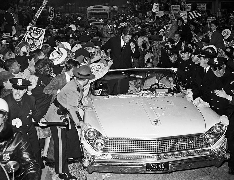 Главным во время турне было показать кандидата людям, поэтому Кеннеди использовал исключительно кабриолеты. Иногда это были роскошные машины, как Lincoln на этом снимке, а порой— демократичные Chevrolet, как на предыдущей фотографии