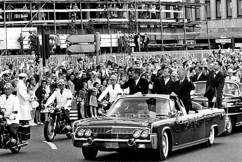Во время пребывания на посту президента Кеннеди чаще всего использовал в качестве транспорта кабриолет X-100 — удлиненную версию Lincoln Continental. В нем он нашел и свою смерть