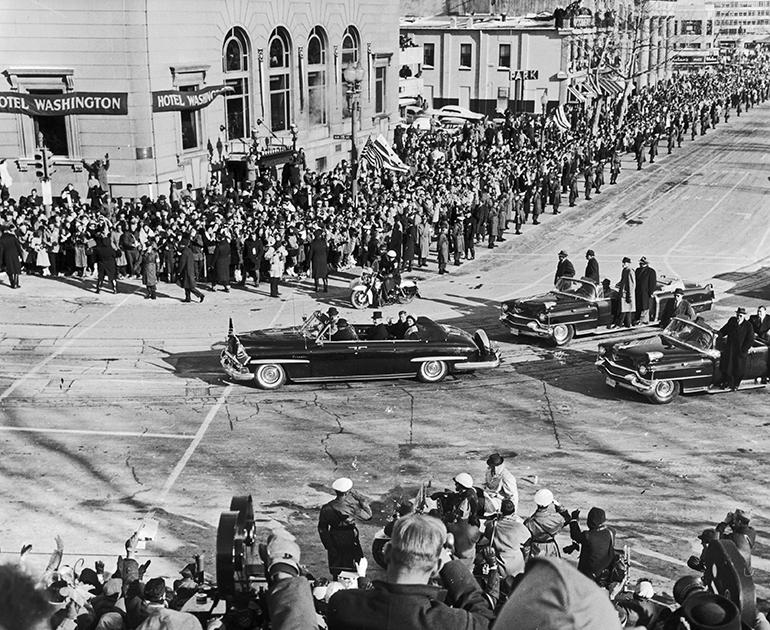 Кортеж Кеннеди во время инаугурации, январь 1961 года. Для инаугурации использовался Cadillac, на котором разъезжал предшественник Джона на посту президента Дуайт Эйзенхауэр