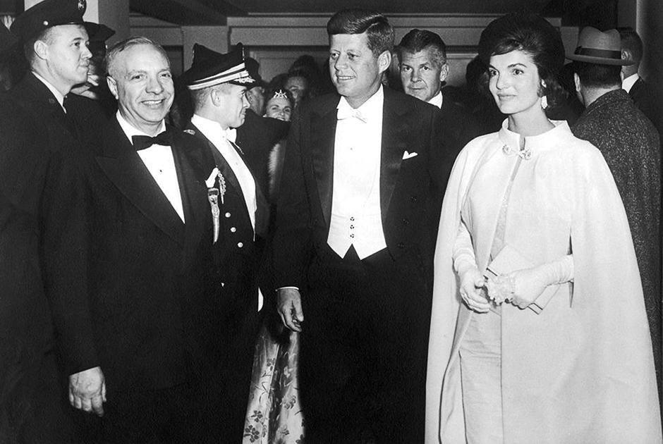 Президент и первая леди прибывают на инаугурационный бал, январь 1961 года