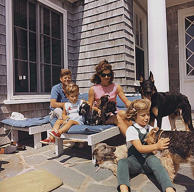 Семья Кеннеди в окружении многочисленных собак на отдыхе в Массачусетсе, 14 августа 1963 года