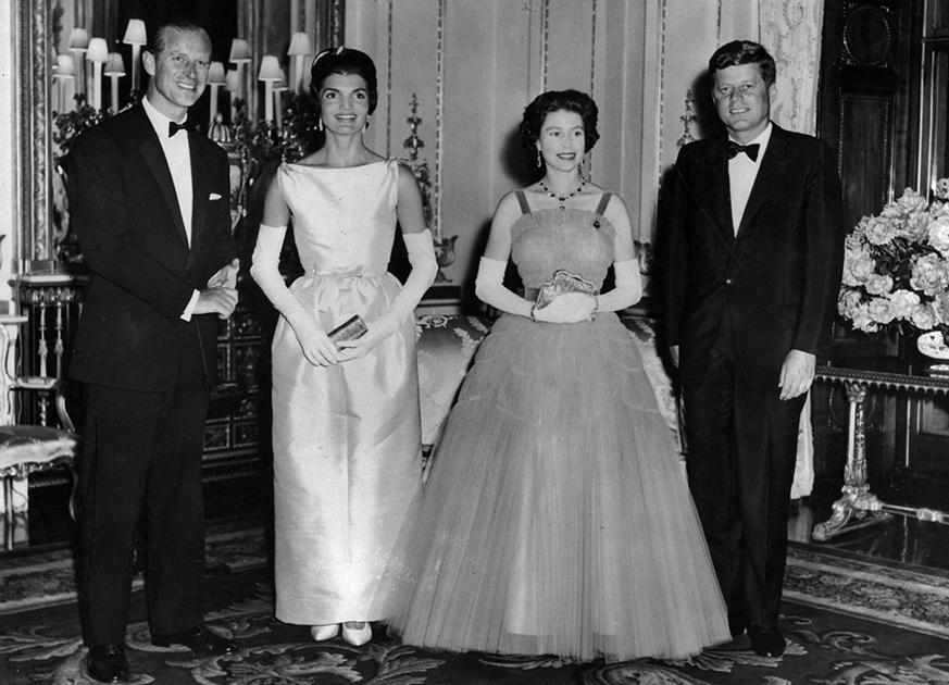Совместное фото с королевой Елизаветой II и принцем Филиппом во время визита четы Кеннеди в Букингемский дворец, 1961 год