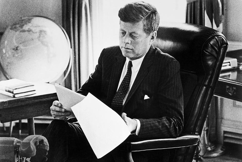 Джон Кеннеди в Овальном кабинете за работой