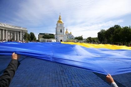 Флаг Украины на Михайловской площади Киева