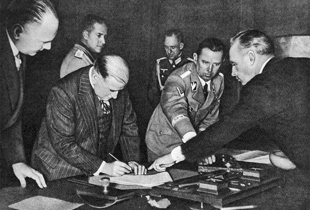 Иоахим фон Риббентроп показывает Эдуарду Даладье место для подписи. Подписание Мюнхенского соглашения 30 сентября 1938 года