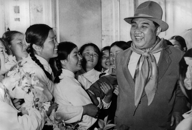Ким Ир Сен с сиротами в 1961 году