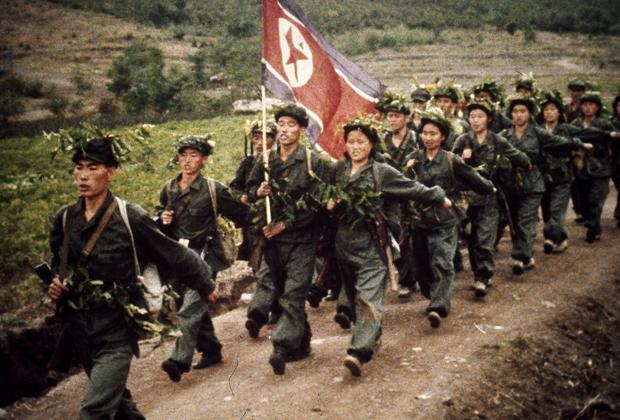 Служащие Рабоче-крестьянской Красной гвардии маршируют по дороге близ Пхеньяна в 1967 году