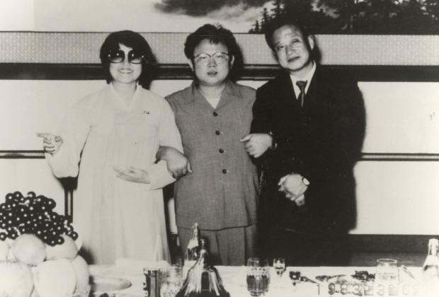 Актриса Чхве Ын Хи, молодой Ким Чен Ир и режиссер Син Сан Ок