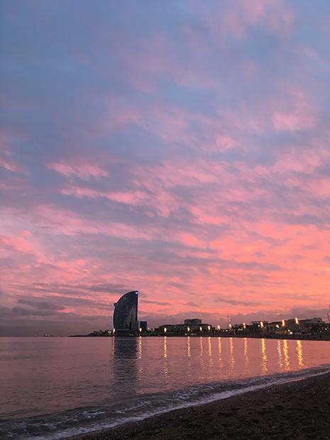 Закат на пляже в Барселоне.