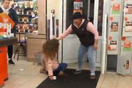 Оттаскавших за волосы девушку продавцов «Дикси» отстранили