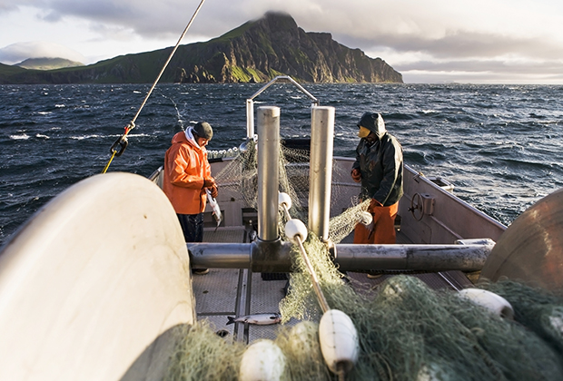 Американские рыбаки у острова Унимак на Аляске
