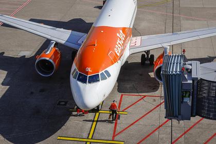 Пилот экстренно посадил самолет из-за вышедшего из-под контроля мальчишника