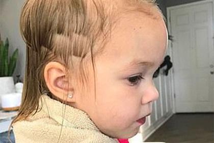 Трехлетний ребенок поиграл с ножницами и оставил сестру с модной стрижкой