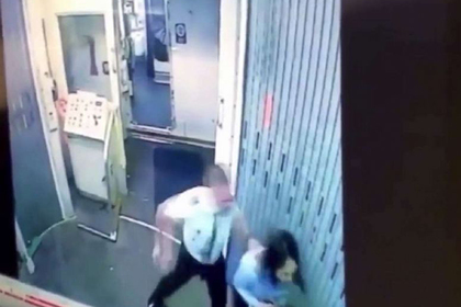 Драка пилота и стюардессы в самолете попала на видео