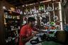 Местный фотограф Оререро Тембе — один из тех, кто борется с «черными лесорубами», землевладельцами и скотоводами, которые жгут лес, чтобы освободить место под свои пастбища. Он документирует их деятельность и распространяет фотографии и видео незаконной вырубки джунглей в социальных сетях.