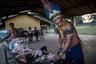 У тембе непростые отношения с бразильскими властями, закрывающими глаза на незаконную вырубку леса и поджоги. «Мы знаем, что Болсонару не любит индейцев, — говорит вождь Сержиу Муши. — У него антииндейские взгляды. Наша культура отличается от его, но и она заслуживает уважения».