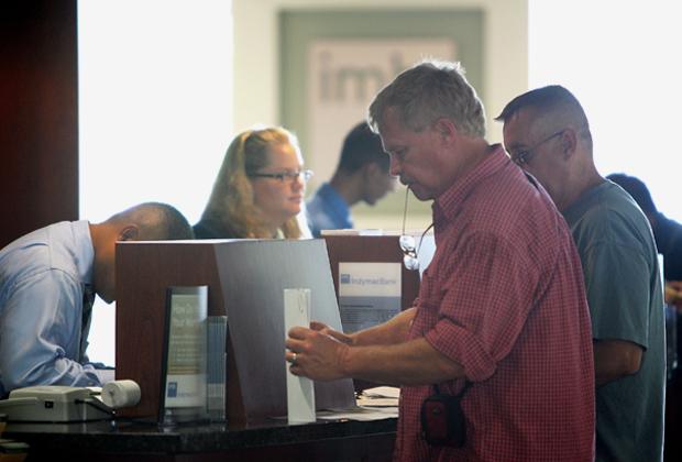 Заемщик получает кредит в банке