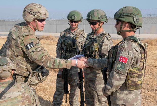 Американские и турецкие солдаты во время совместного патруля в Сирии