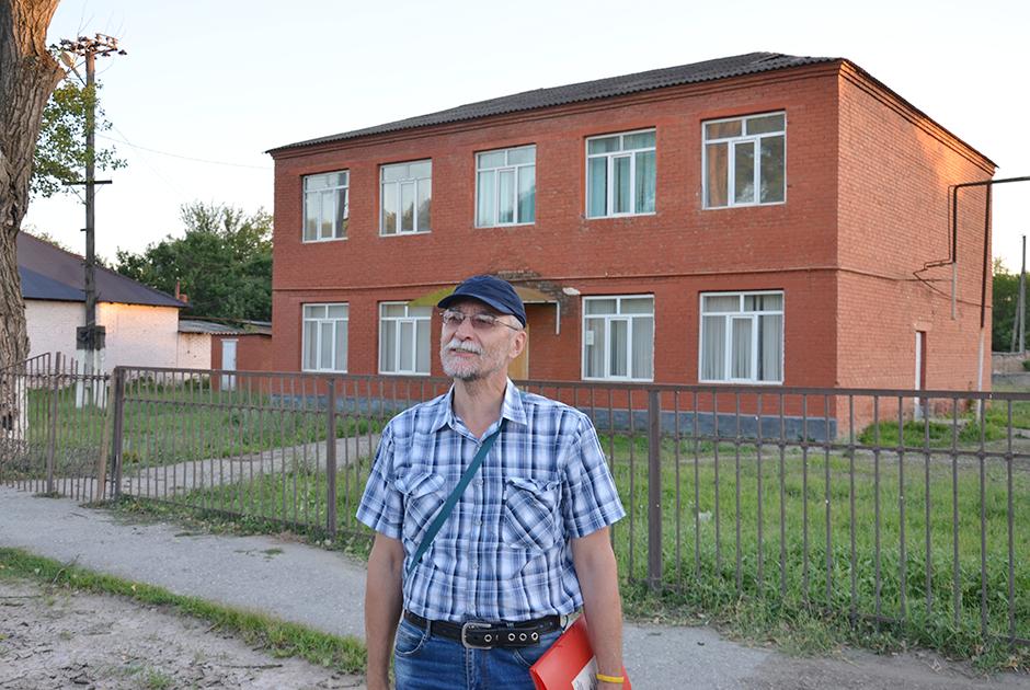 Алексей Лютых у здания начальной школы