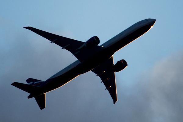 Российский пассажир закурил в туалете и вынудил пилота посадить самоле