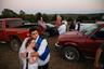 Молодая пара, 20-летняя Тейлор и 21-летний Трей, только что сыграли свадьбу. Они встречались в старших классах и больше года готовились к этому дню. Церемония и застолье уже отгремели, теперь они собрались с друзьями на природе. Снимок «Молодые возлюбленные из Озарка» сделан 14 октября 2017 года жительницей региона, фотографом Террой Фондриест (Terra Fondriest).