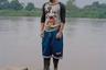 Река Сучьяте стала первым естественным барьером на пути испанской армии к захвату государства Киче и его столицы, города Гумарках. Пересечение реки тогда наверняка отняло у воинов много сил.  <br><br> Сегодня же это естественная граница между Гватемалой и Мексикой и одно из самых опасных мест в Центральной Америке — по ней переправляют наркотики, нелегальных мигрантов и похищенных людей. На фоне реки — бывший бандит из Сальвадора. Он направляется в США, где работает мусорщиком.