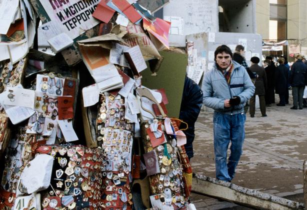 Советские документы и награды, вывешенные на столбе в ходе литовских сепаратистских выступлений 1991 года
