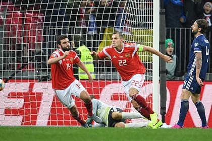 Артем Дзюба (в центре) забивает в ворота сборной Шотландии