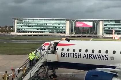 Слабовидящий паралимпиец оседлал самолет в аэропорту Лондона