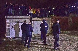 Жители Саратова и сотрудники полиции около гаражного комплекса, где было найдено тело пропавшей девятилетней девочки