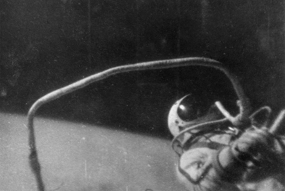 «Перед полетом, во время которого я должен был выйти в открытый космос, я прекрасно понимал, на что иду. Накануне на орбите взорвался испытательный корабль. Кроме того, у космонавтов есть примета: если по дороге на работу встретишь женщину — день пойдет насмарку. И вот в день старта, 18 марта 1965 года, на космодроме мы с Павлом Беляевым встречаем даму...»