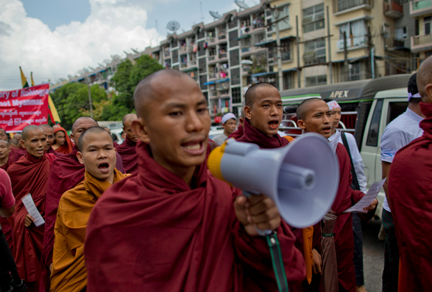 Буддистские монахи выкрикивают националистические лозунги во время протестного митинга в Янгоне, Мьянма