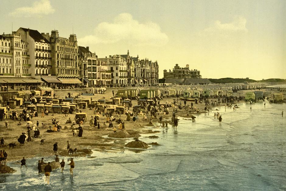 Прилив на пляже в Остенде — морском курорте, где любила проводить летние месяцы бельгийская элита, включая и короля бельгийцев