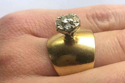 В сети высмеяли похожее на дверную ручку обручальное кольцо