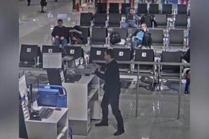 Опоздавший на рейс россиянин разгромил аэропорт и попал на видео