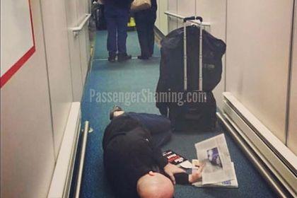 Пассажир самолета пренебрег гигиеной в ожидании рейса и ужаснул туристов