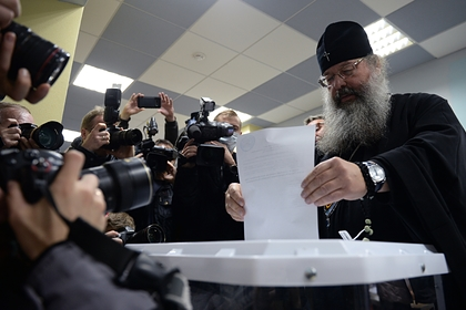 Митрополит Екатеринбургский и Верхотурский Кирилл голосует за место строительства собора святой Екатерины в Екатеринбурге