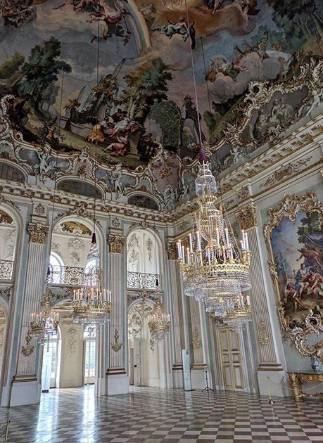 Нимфенбургский дворец, резиденция многих баварских курфюрстов. Каждый из них достраивал и расширял дворцовый комплекс.