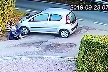 Женщина отвлеклась на яйца и попала под собственный автомобиль