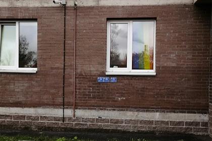 Жителей дома в российском городе заставили снять с окна ЛГБТ-штору