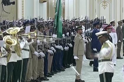 Саудовский оркестр попытался сыграть гимн России перед Путиным и не попал в ноты